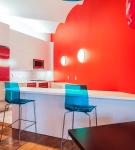 Простая красно-белая кухня