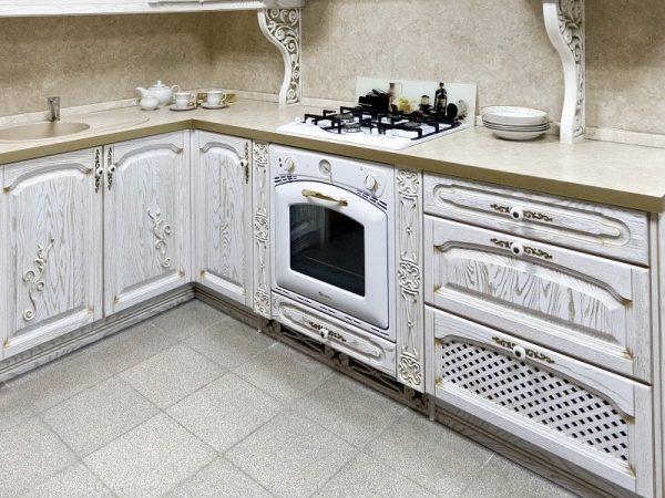 Белая кухня с эффектом «износа»