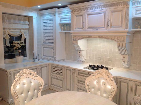 Белая кухня с претензией на романтику