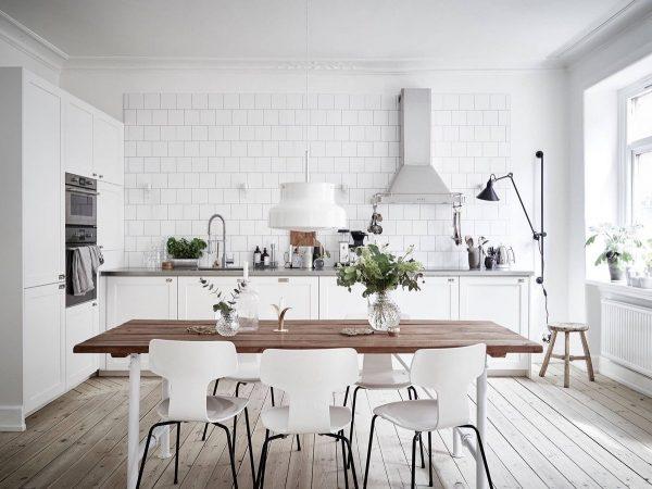 Стол в белой кухне