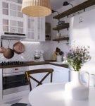 Светлый гарнитур белоснежной кухни