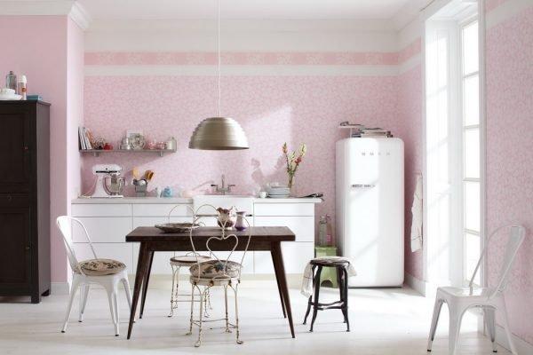 Светло-розовые стены белой кухни