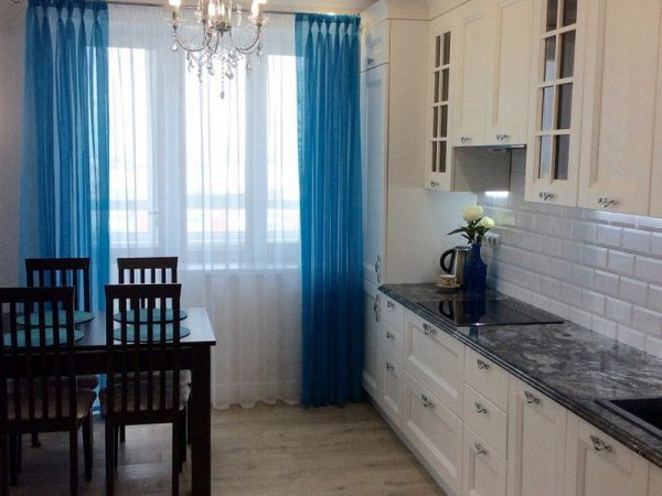 Белая кухня с синими шторами