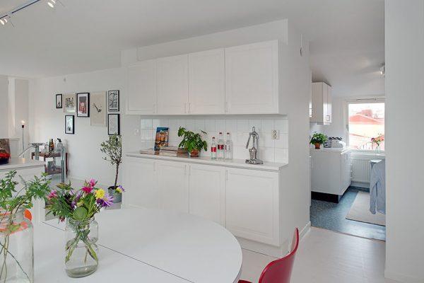 Украшение белой кухни цветами