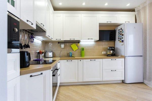 Точечные светильники в белой кухне