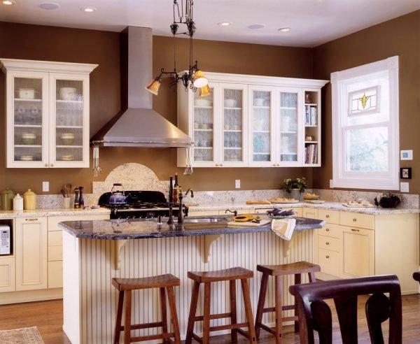 Стены тёплого коричневого цвета на кухне