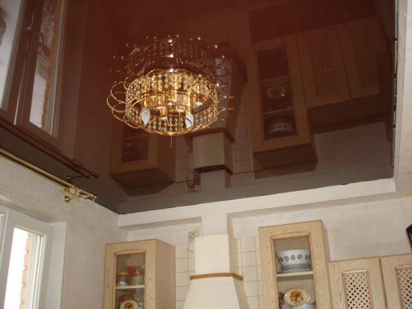Глянцевый коричневый потолок на кухне