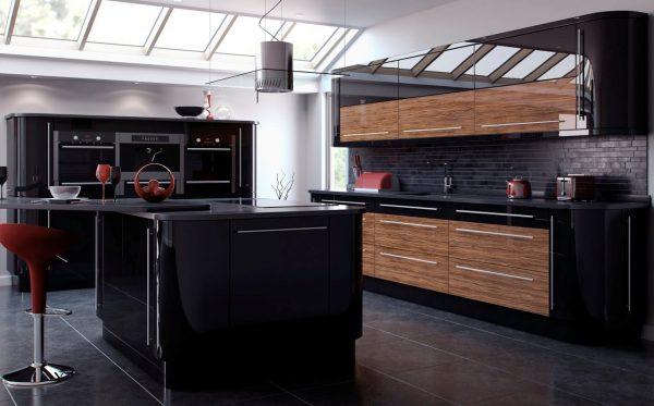 Чёрно-коричневая кухня в большом доме