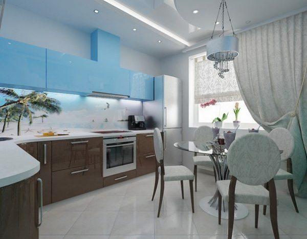 Коричнево-голубой гарнитур на большой кухне