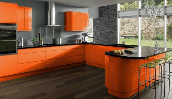Оранжевый гарнитур и коричневый пол на кухне