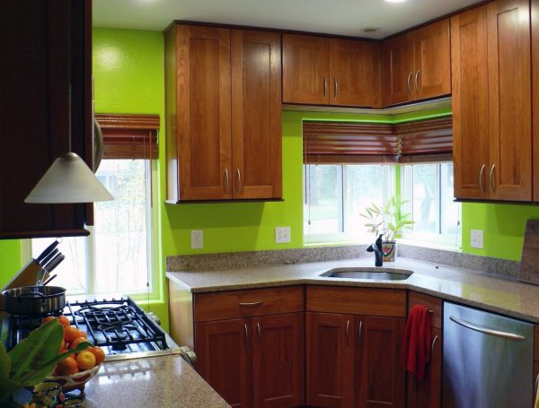 Салатовые стены на кухне с коричневой мебелью