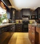 Большая кухня с тёмной и светло-коричневой мебелью