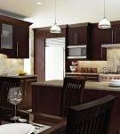 Тёмная мебель и белый потолок на кухне