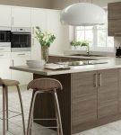 Кухня в светлых тонах с коричневой мебелью
