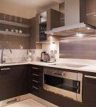 Коричневая мебель на кухне с ярким освещением