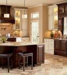 Большой коричневый стол на просторной кухне