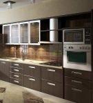 Лаконичный коричневый гарнитур на узкой кухне