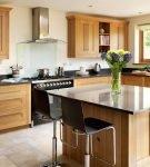 Остров на кухне со светло-коричневой мебелью