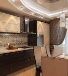 Многоуровневый потолок с ярким освещением на кухне