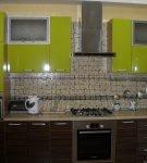 Коричнево-зелёный гарнитур на кухне