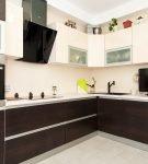 Контрастная мебель на кухне