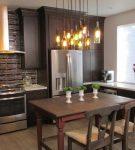 Коричневая мебель и отделка на небольшой кухне