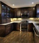 Небольшая кухня с полом и мебелью коричневого цвета