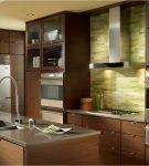 Небольшая кухня с простой коричневой мебелью