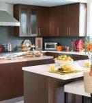 Большая кухня с лаконичной коричневой мебелью