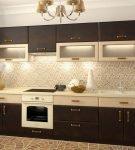 Двухцветный гарнитур и красивая люстра на кухне