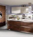 Большая кухня с мебелью цвета натуральной древесины