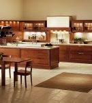 Просторная кухня с коричневым гарнитуром в доме