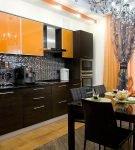 Коричнево-оранжевый гарнитур на кухне в квартире