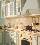 Кухня с голубой патиной
