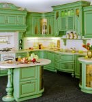 Кухня с золотистой патиной
