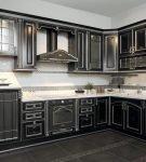 Чёрная патинированная кухня в классическом стиле