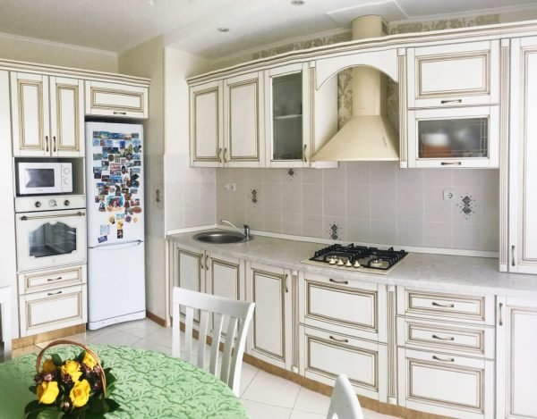 Бытовая техника на кухне с патиной