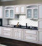 Элегантный интерьер кухни с патиной