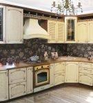 Интерьер кухни с использованием серебристой патины по углам дверц гарнитура