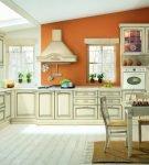 Кухня с патиной, разделённая на зоны с помощью цвета