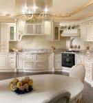 Освещение кухни с золотистой патиной