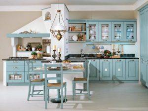 Хорошая идея кухонного интерьера в итальянском стиле: светлый пол и стены прекрасно гармонируют с нежно-голубой мебелью и светло-коричневыми аксессуарами.