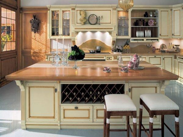 Массивный стол в кухне по-итальянски