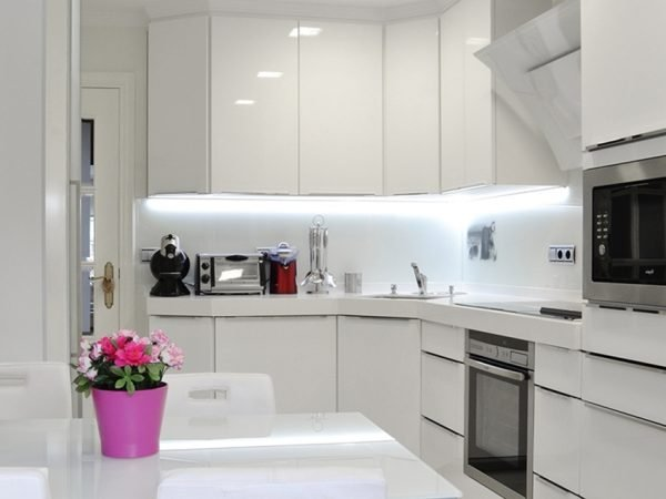 Белая кухня с современным интерьером хай-тек