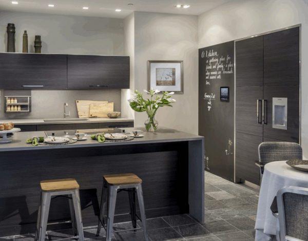 Кухня-гостиная в серых тонах в стиле хай-тек