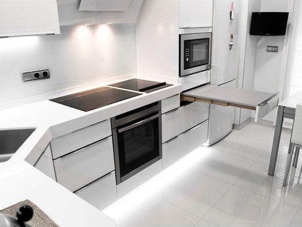 Интерьер хай-тек на кухне в белых тонах