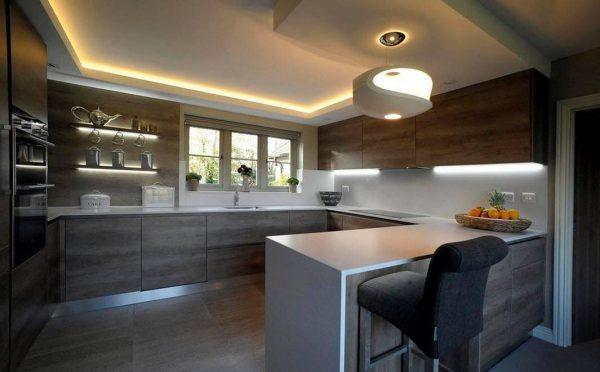 Люстра и подсветка на большой кухне