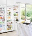 Большой холодильник, встроенный в шкаф