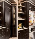 Шкаф с дверцами и ящиками с холодильником внутри