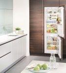Холодильник, встроенный в шкаф, с морозильной камерой